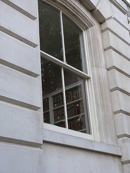livres derrière la fenêtre