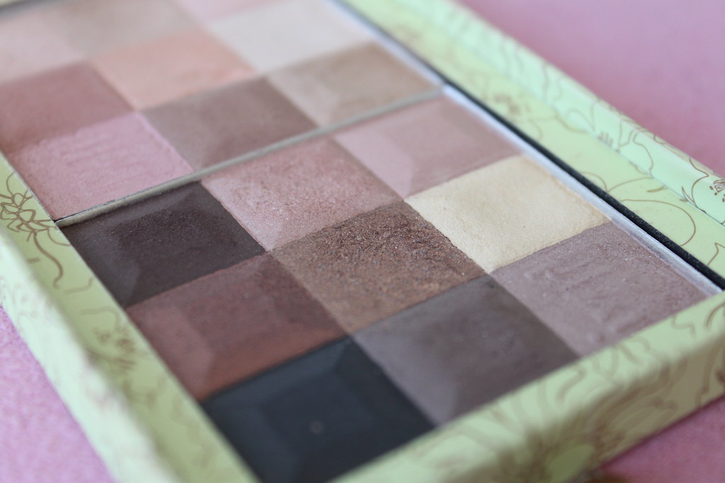 pixi target nude shade wardrobe palette makeup beautiful pretty naked neutral color shadow eye eyeshadows box australian beauty review ausbeautyreivew blog blogger honest opinon swatch (2)