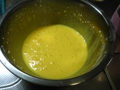卵黄を白っぽくなるまで泡立てます