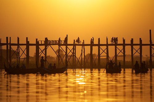bridge silhouette boot abend licht asia asien warm wasser sonnenuntergang burma boote menschen myanmar brücke holz sonne birma mandalay stimmung amarapura lichtspiele momente brücke stimmungen bruìcke holzstelzen