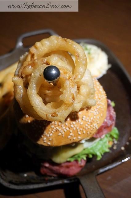 Arthurs Bar Shangri-la hotel KL - prime rib, burger, live band -027