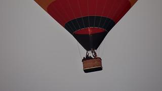 Ein unerwarteter Sprung nachdem den Ballon ein mächtiger Wasserberg getroffen hatte schnellte er 1500 Fuß in die Höhe und begegnete dabei einem Luftwirbel, der ihn statt nach der Küste auf derselben Stelle mehrmals herumdrehte 00042