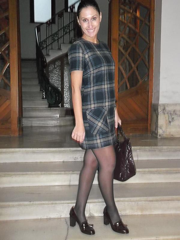 vestido de cuadros, preppy, college, mocasines granates, Medias azules, bolso burgundy, abrigo gris, canvas dress, burgundy loafers, Blue stockings, burgundy bag, grey coat