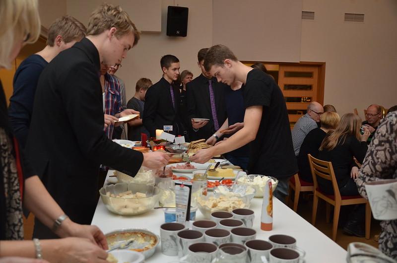 SYBB 2014-01-04 - Småländsk hemlagad ostkaka efter konserten. Fick portioneras ut...