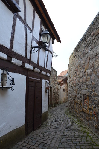 Weihnachtsmarkt Freinsheim narrow passages beside fortress wall