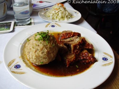 ©Bayrische Spezialitäten Schweinebraten mit Semmelknödl und Krautsalat