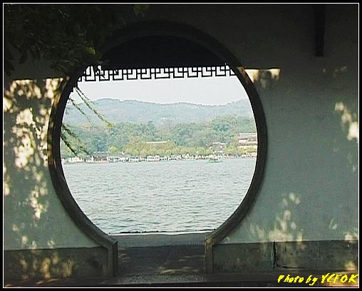 杭州 西湖 (其他景點) - 399 (西湖 湖心亭上的亭台樓閣 背景是孤山)