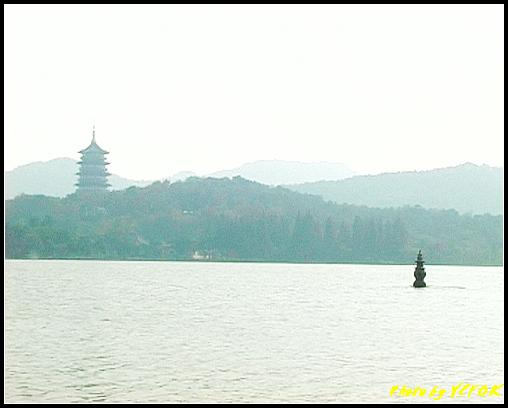 杭州 西湖 (其他景點) - 449 (西湖十景之 三潭印月 其中一個石燈籠與西湖十景之 雷峰塔)