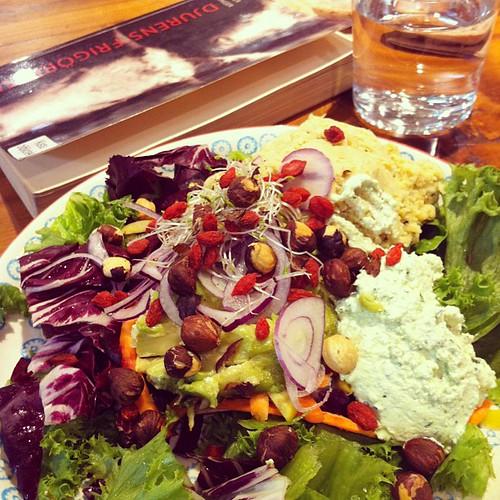#vadveganeräter Sjukt somrig sallad med säsongens grönsaker, hummus, hasselnötter, gojibär, grön ärthummus. #vadveganerläser Peter Singers Djurens frigörelse. ✌