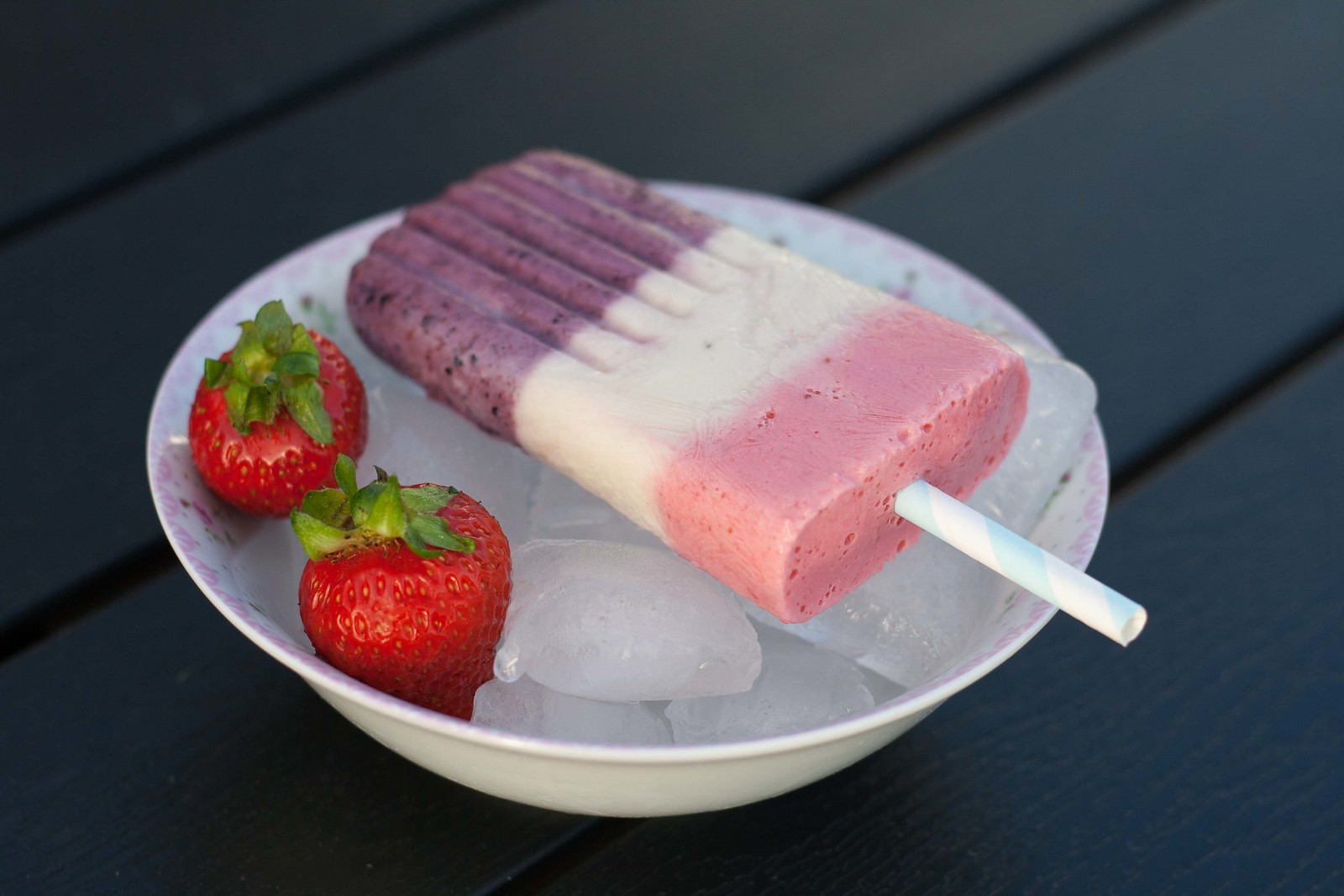 Recipe for Homemade Popsicle with Greek Yogurt and Berries