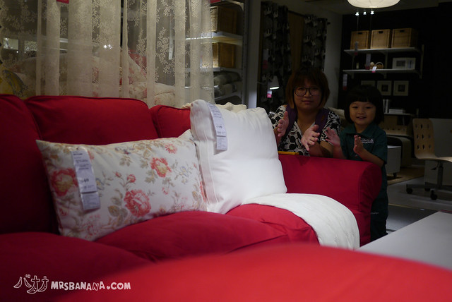 话说红色沙发这样搭配白色抱枕跟碎花抱枕也太好看
