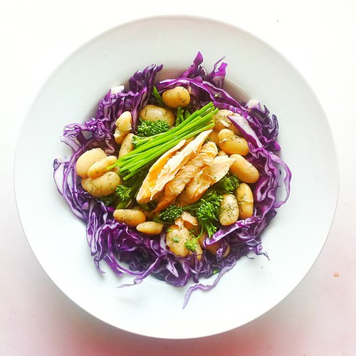 Cabbage week. Recipe n.5: red cabbage, broccoli, butter beans, chives, dried dill, roasted salmon. #saladporn #saladpride  #eatclean #healthnut  #healthyfood #healthyfoods #healthylunch #healthysalad #healthyeating #healthyfoodporn #notsaddesklunch #deskl