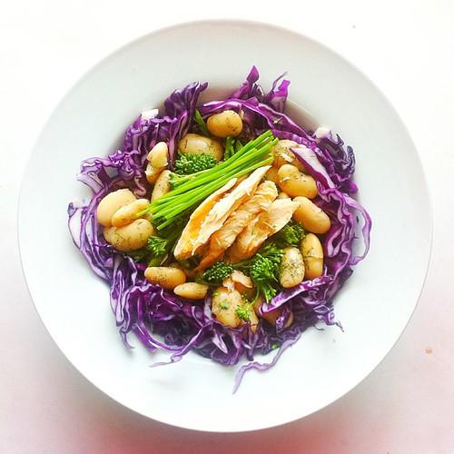 Cabbage week. Recipe n.5: red cabbage, broccoli, butter beans, chives, dried dill, roasted salmon. #saladporn #saladpride #eatclean #healthnut #healthyfood #healthyfoods #healthylunch #healthysalad #healthyeating #healthyfoodporn #notsaddesklunch #deskl