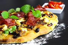 Orientalisches Pizzabrot mit Tomatenchutney