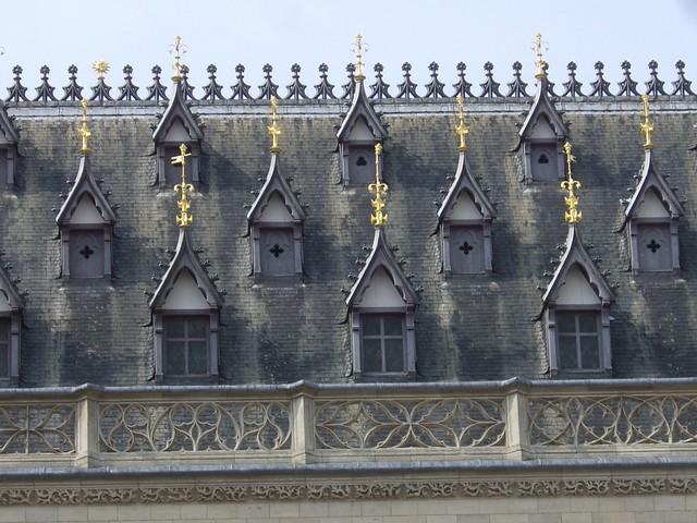 Un toit, pas n'importe lequel... Quoi et où??? Il s'agissait du toit de l'hôtel de ville d'Arras (62)