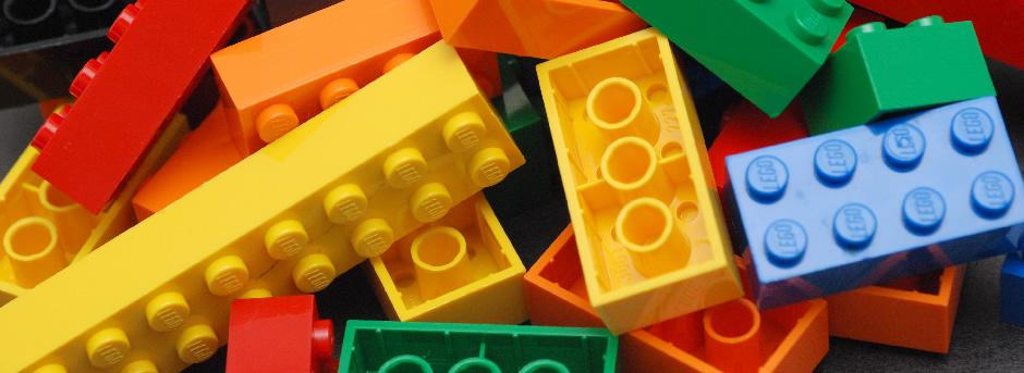 Fotografía de unas piezas de LEGO de colores