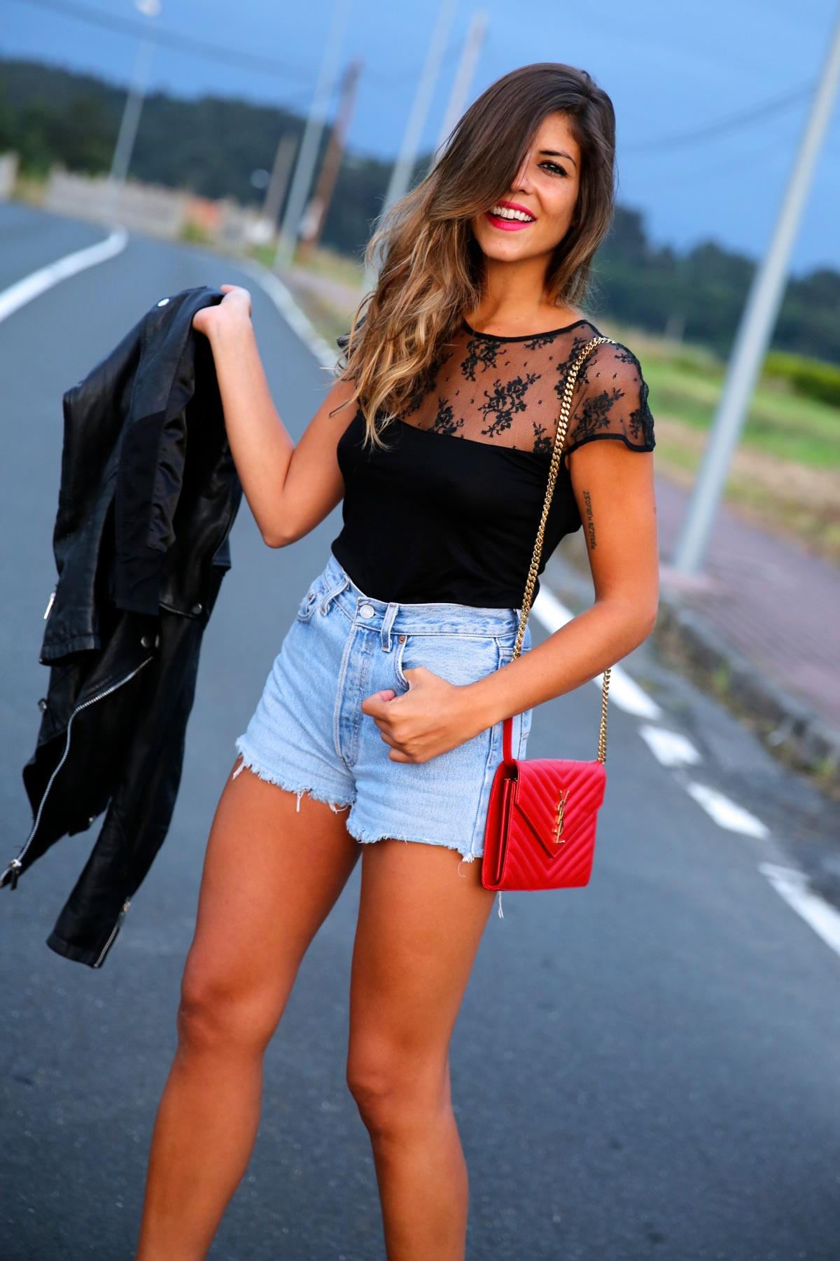 trendy_taste-look-outfit-street_style-ootd-blog-blogger-fashion_spain-moda_españa-denim_shorts-shorts_vaqueros-chaqueta_cuero-leather_jacket-ysl-saint_laurent-6