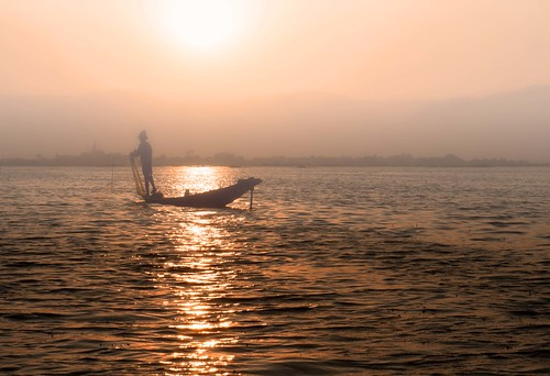 sunset sun lake water misty fog reflections lago landscapes boat fisherman barca tramonto burma myanmar inle antonio sole nebbia acqua riflessi paesaggi pescatore foschia birmania mat56 romei
