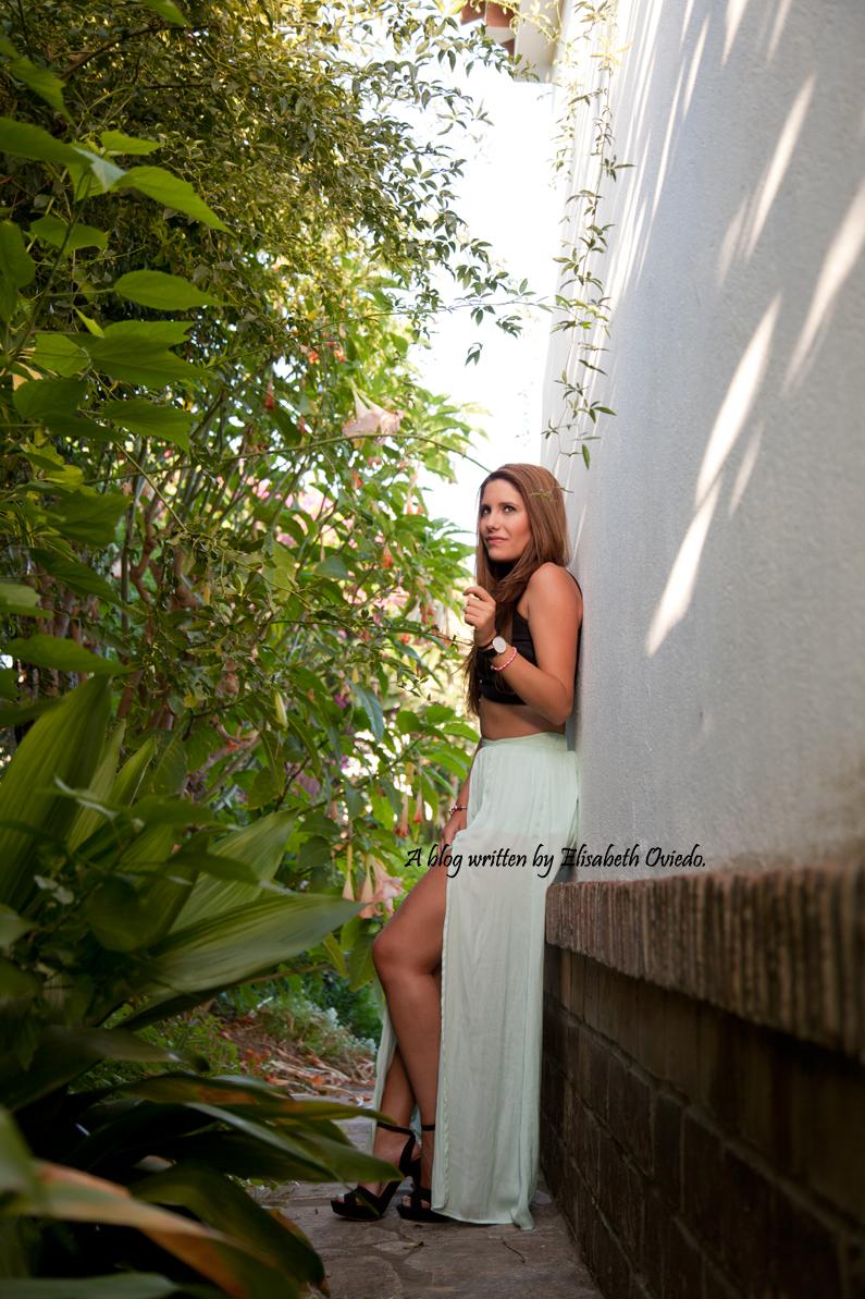 sesión fotográfica profesional fotógrafo Santos y HEELSANDROSES con falda larga aguamarina y top negro (6)