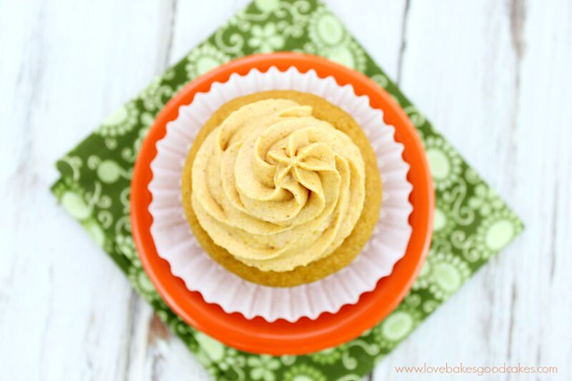 Pumpkin Cupcakes with Pumpkin Spice Cream Cheese Frosting - Full of pumpkin flavor and perfect for Fall baking! #pumpkin #fallbaking