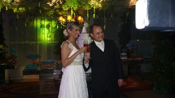 Os noivos Olívia Pinheiro e Leonardo Alves na hora do brinde