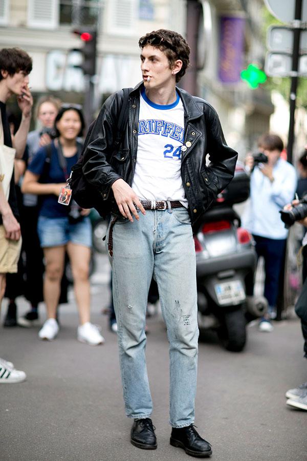 黒ダブルライダース×白青トリムTシャツ×ジーンズ×黒ダービーシューズ