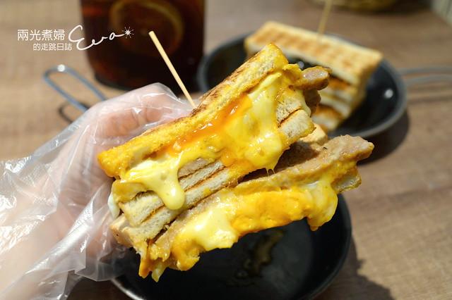【新北三重】餓店碳烤吐司~真心早餐店,雙倍起司肉蛋人氣No.1不是蓋的!