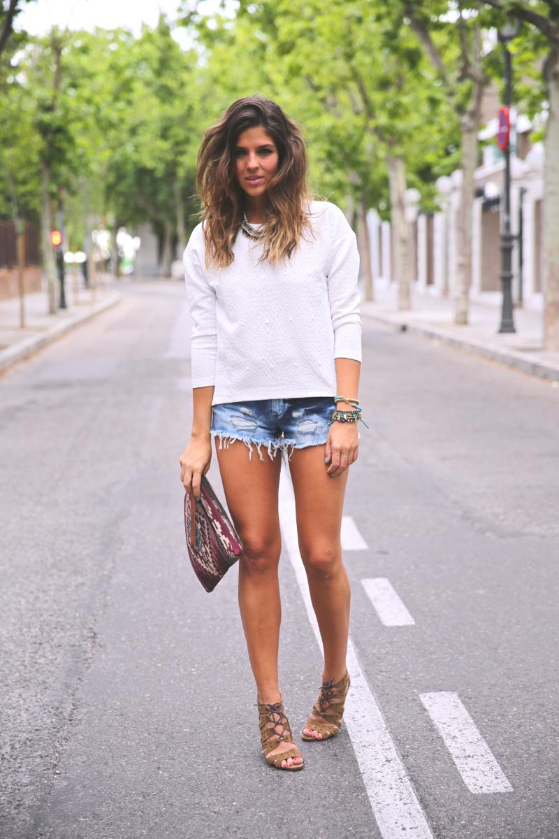 trendy_taste-look-outfit-street_style-ootd-blog-blogger-fashion_spain-moda_españa-denim_shorts-shorts_vaqueros-top_blanco-white_top-sandalias_cordones-ethnic_cluth-clutch_etnico-el_corte_ingles-7