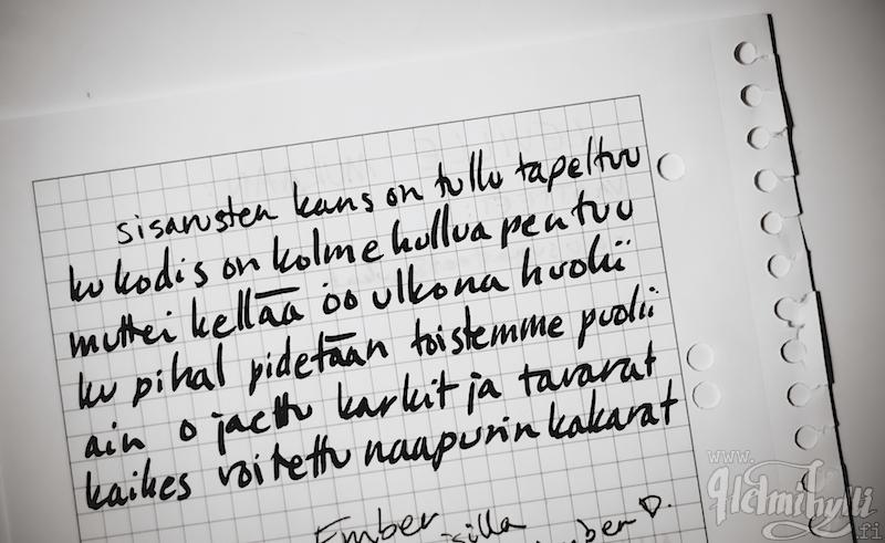 harakanvarpaita käsin kirjoitettua