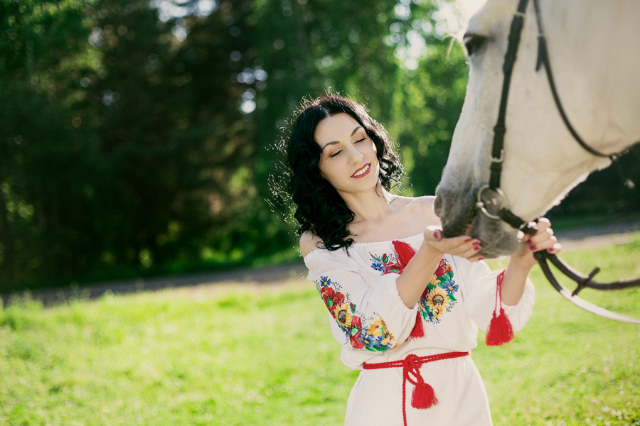 Фотосессия красивой девушки с лошадью