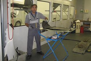 Ünsal Keser  bei der Restaurierung des Opel Kadett A Caravan