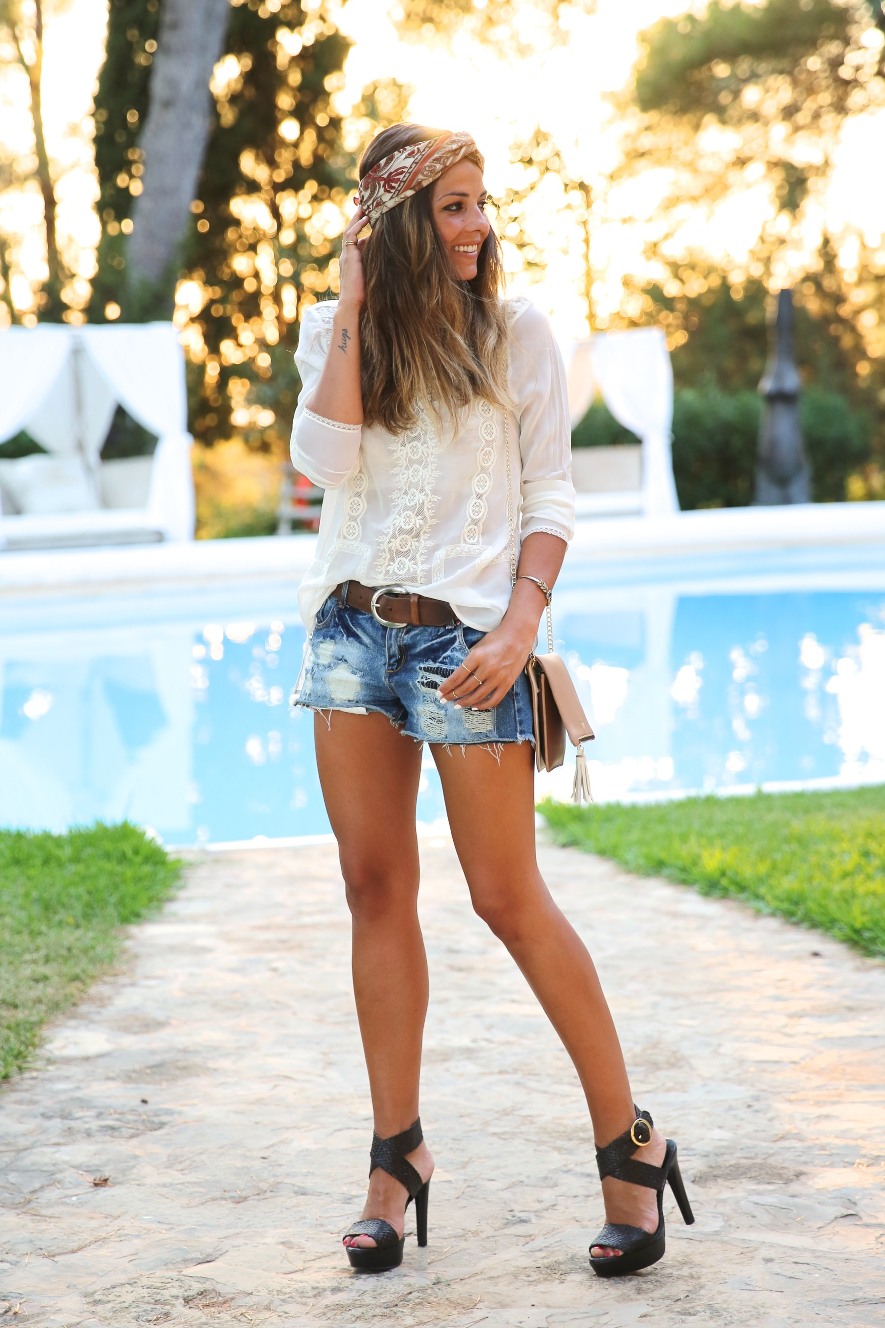 trendy_taste-look-outfit-street_style-ootd-blog-blogger-fashion_spain-moda_españa-boho-hippie-denim_shorts-shorts_vaqueros-blusa-blouse-mas34-pg-ibiza-sa_talaia-11