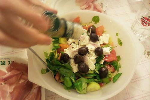 Origano sull'insalata con le olive by Ylbert Durishti