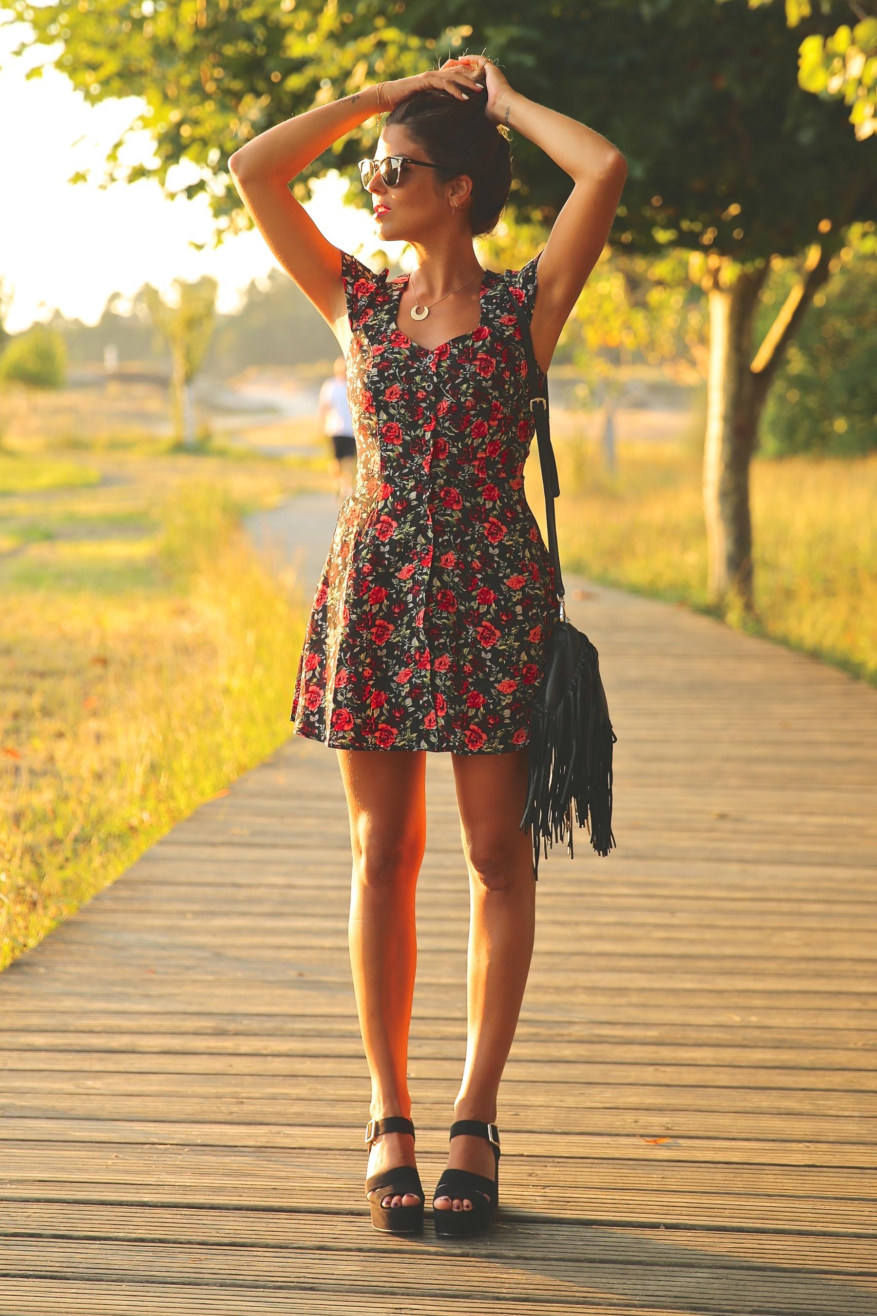 trendy_taste-look-outfit-street_style-ootd-blog-blogger-fashion_spain-moda_españa-flower_print-dress-vestido-flores-sandalias_negras-black_sandals-platforms-sunset-playa-beach-summer-13