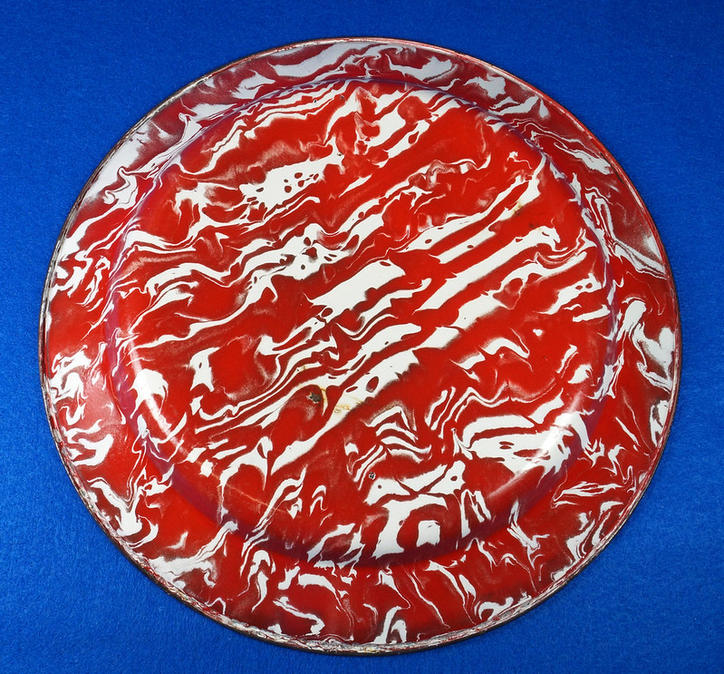 RD12970 Antique Vintage Graniteware Red and White Swirl Dinner Plate Black Rim DSC06618
