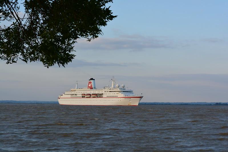 Navigation du paquebot MS DEUTSCHLAND entre Pauillac et Bordeaux - 03 mai 2014