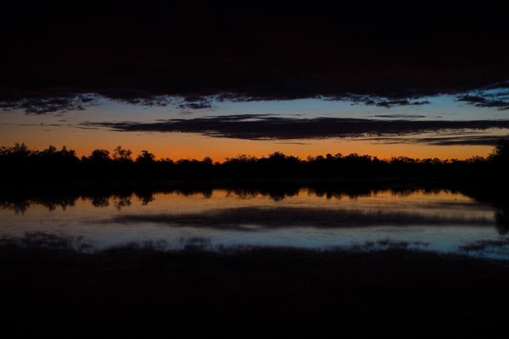 El cielo y la tierra se confunden en los colores del atardecer sobre esta laguna, en el Campamento Laguna Capitán. (Tetsu Espósito)