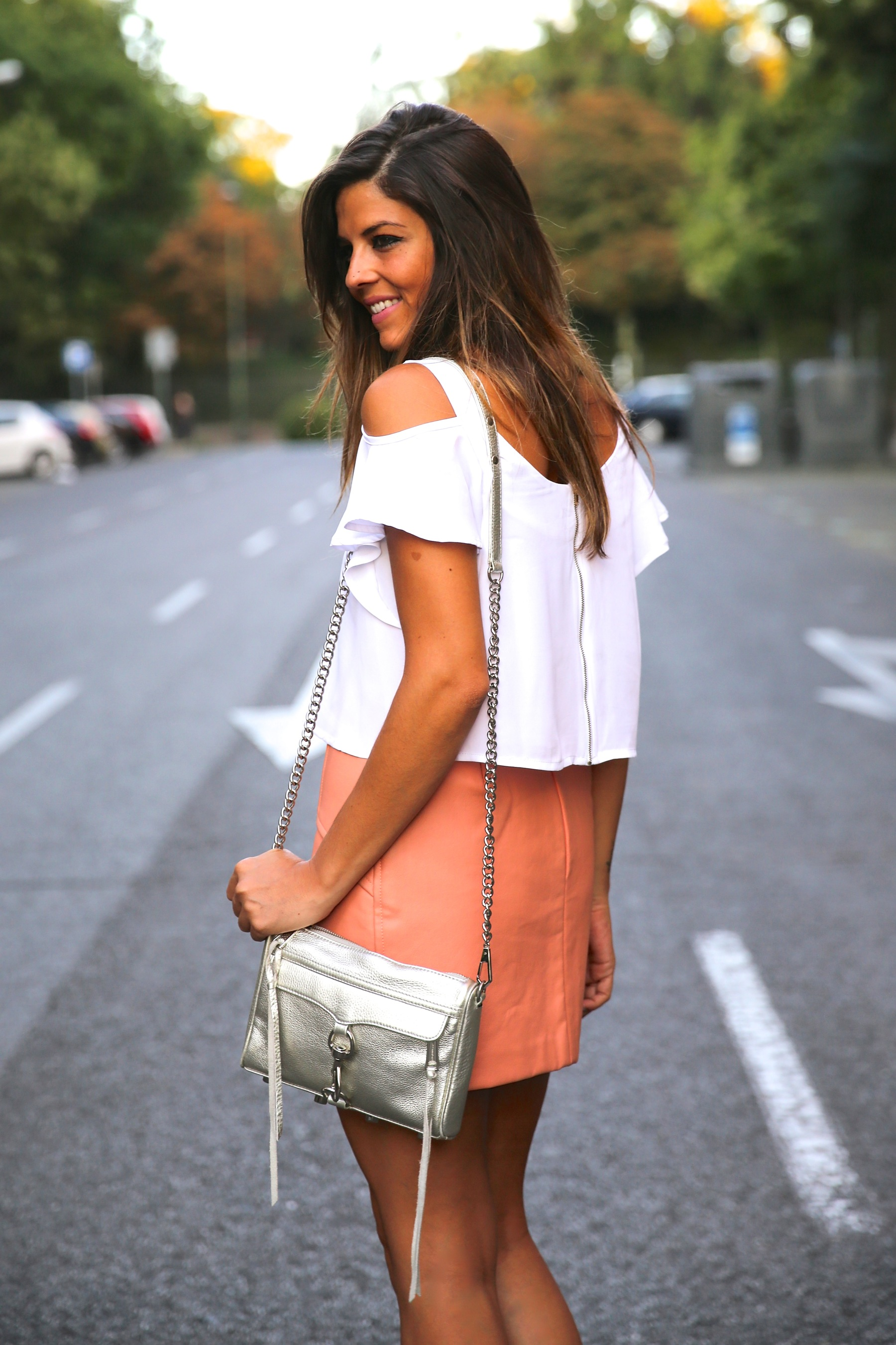 trendy_taste-look-outfit-street_style-ootd-blog-blogger-fashion_spain-moda_españa-madrid-silver_stilettos-punta_plata-estiletos-falda_coral-coral_skirt-top-4