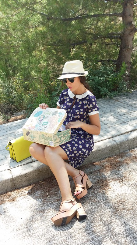 Maleta vintage, vestido de margaritas azul con cuello bebé, sandalias de corcho color maquillaje, bandolera amarillo neón, panamá, luggage, blue daisies dress with baby's neck, cork makeup sandals, neon yellow shoulder bag, Panama hat, Suiteblanco, Stradivarius, Zara, Parfois, Ray – Ban, Zara Home