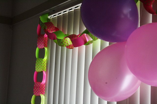 Improvised birthday party : I surprised my daughter with a decorated room when she got back from school .www.colorandlove.com