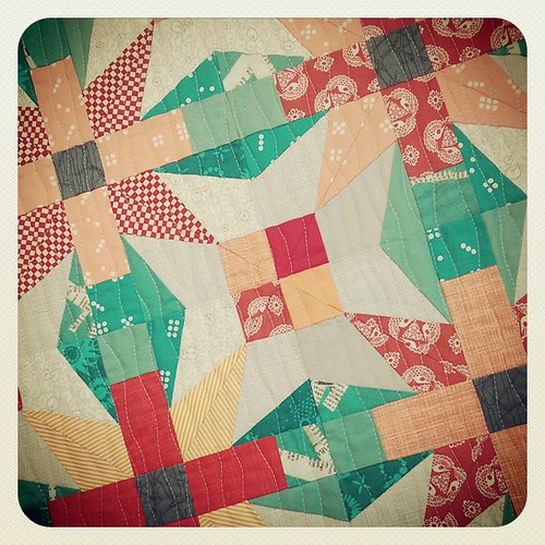 Been pondering how to quilt this #roundaboutquilt mini for ages. Last night decided to channel my inner @jeliquilts so I cracked out the pale grey thread and got wiggling! Awesome technique Kelly I love it! Pattern is #roundabout by @theelvengarden