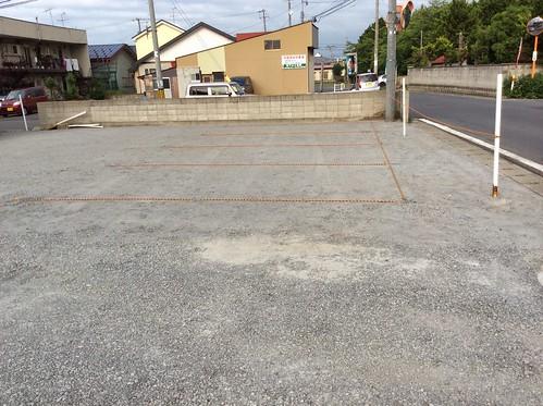 道路からもゆったりと出入りできる駐車場です(建匠おだぎり:弘前市の舗装・アスファルト・コンクリート・駐車場工事)