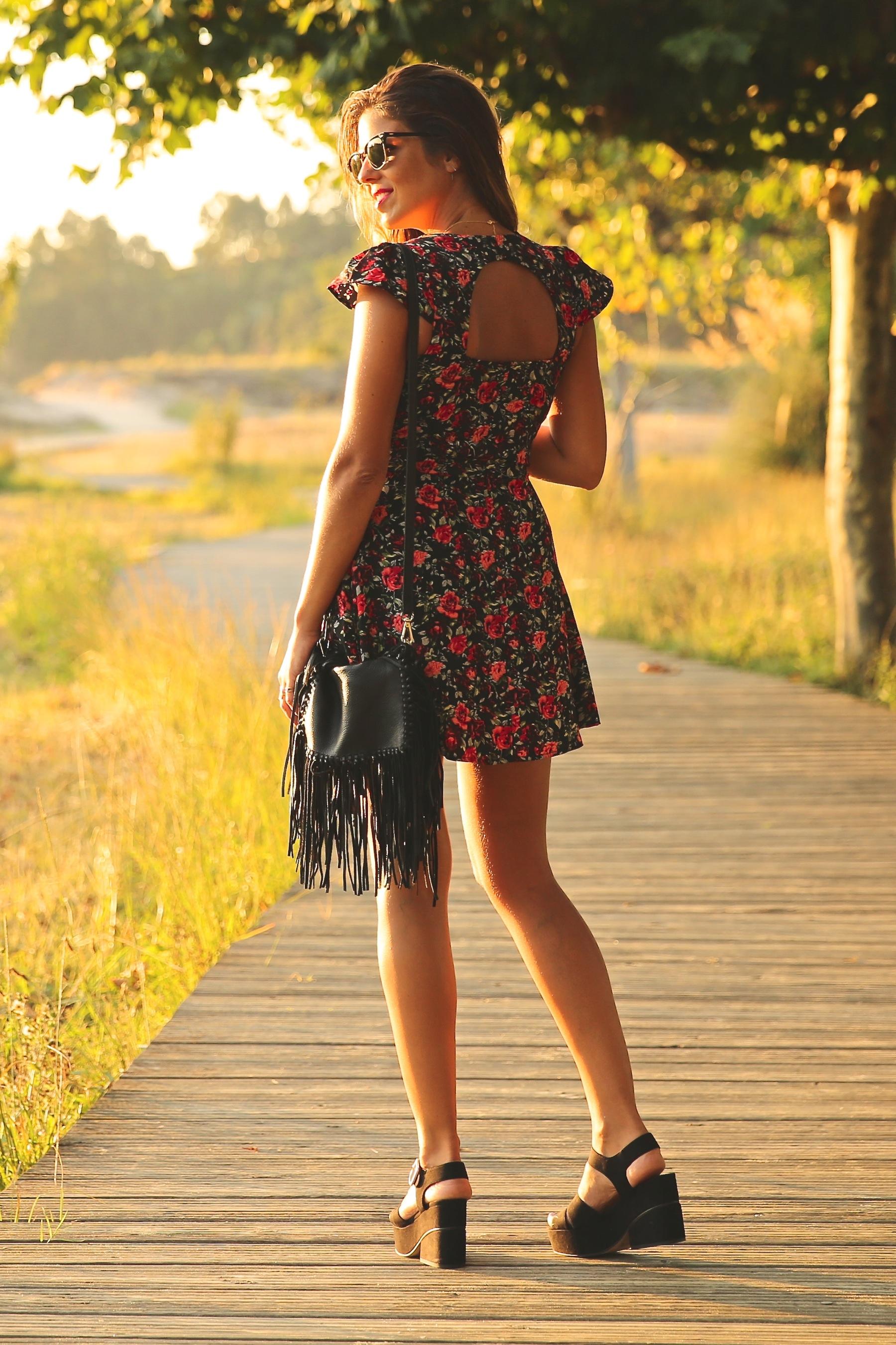 trendy_taste-look-outfit-street_style-ootd-blog-blogger-fashion_spain-moda_españa-flower_print-dress-vestido-flores-sandalias_negras-black_sandals-platforms-sunset-playa-beach-summer-10