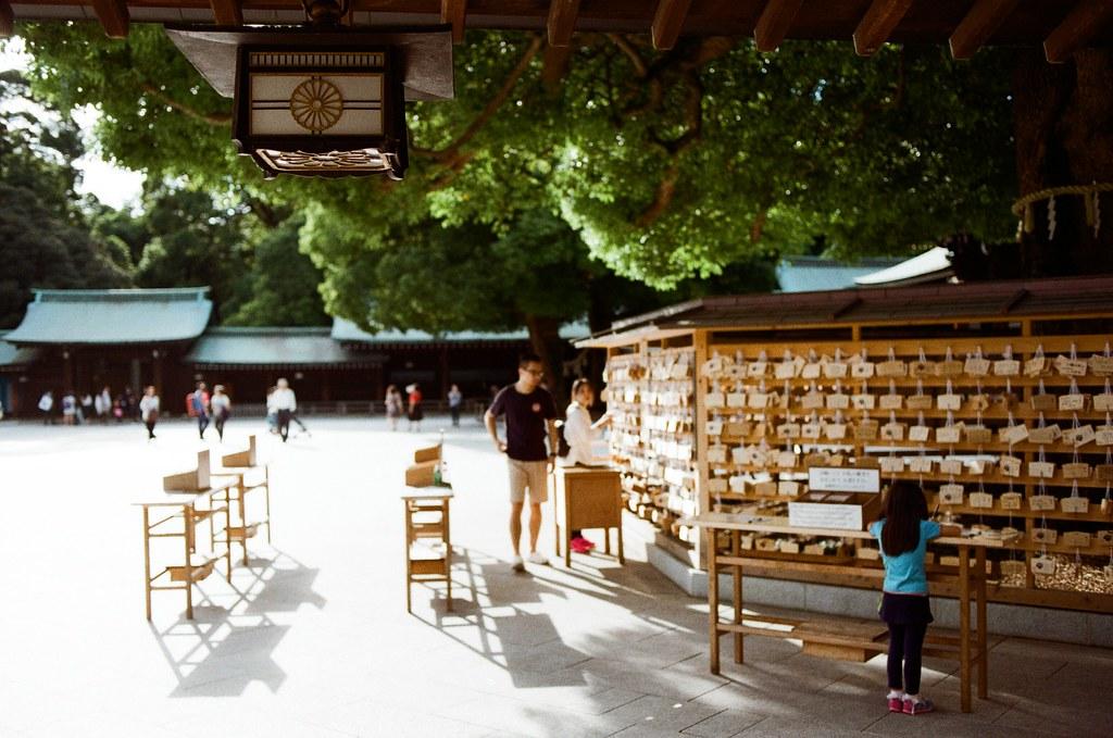 明治神宮 Tokyo, Japan / Kodak ColorPlus / Nikon FM2 有一點點忘記這張想要拍什麼,但應該是想要測試一下淺景深的感覺,只是我對焦的物品在一個很奇怪的位置。  結果就會變成一個很奇特的畫面。  只是,不是就是這樣嗎?以為該看清楚的東西,最後卻意外的出現在突兀的地方。  Nikon FM2 Nikon AI AF Nikkor 35mm F/2D Kodak ColorPlus ISO200 0997-0005 2015/10/02 Photo by Toomore
