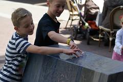 Jongetjes spelen met fontein
