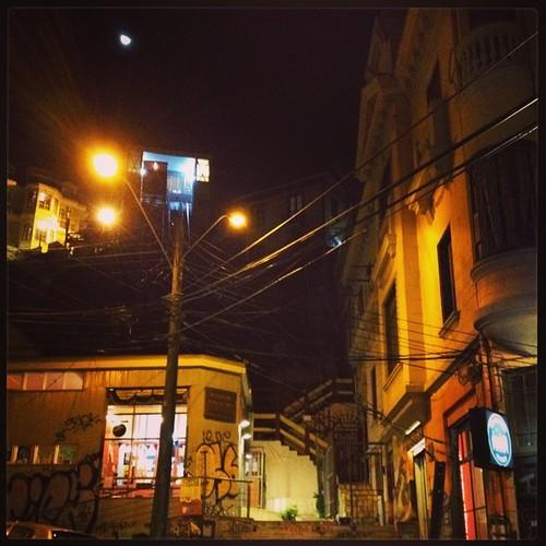 La luna y el ascensor Reina Victoria #valparaíso #chile #night #lights #cool