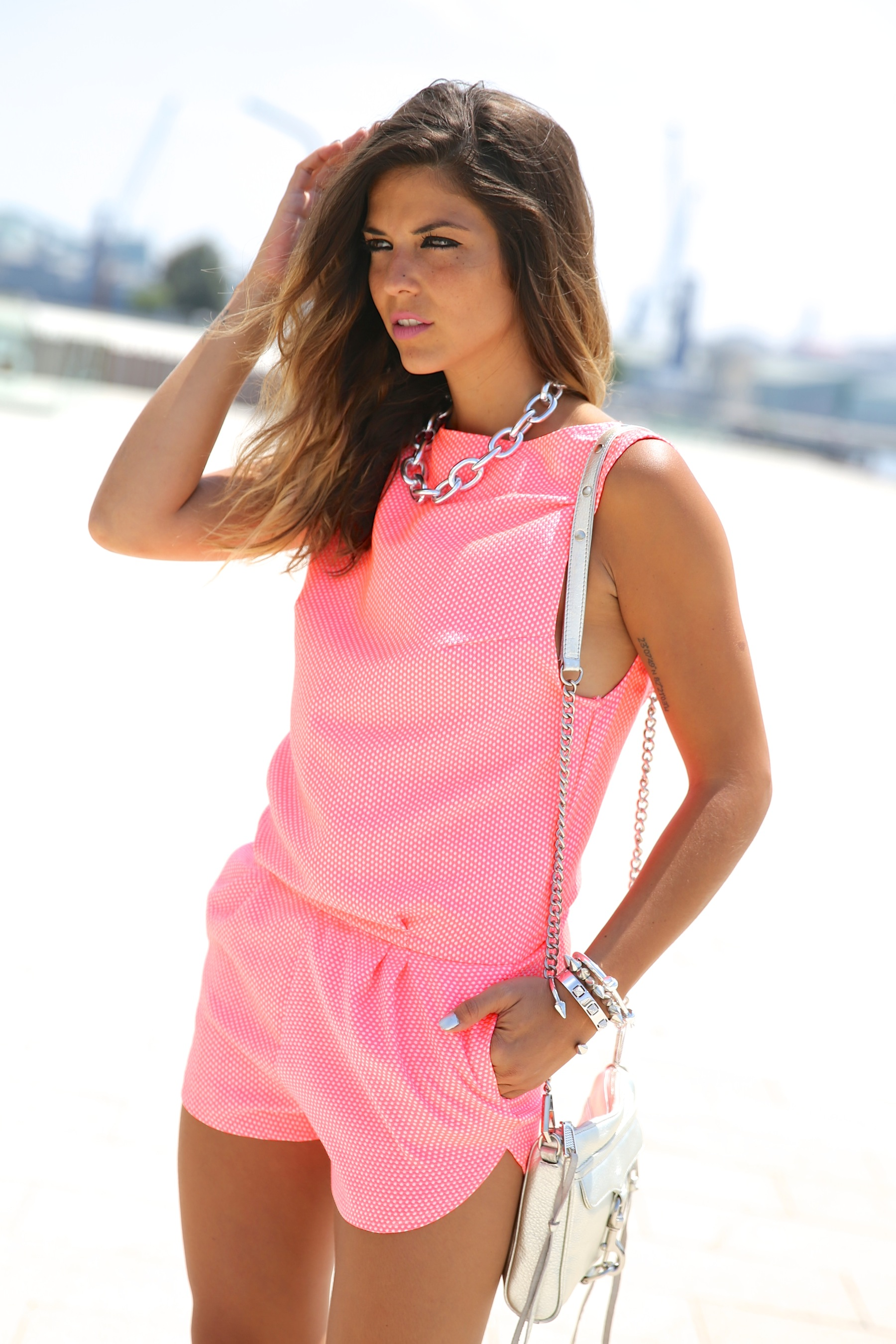 trendy_taste-look-outfit-street_style-ootd-blog-blogger-fashion_spain-moda_españa-silver_bag-bolso_plata-mono_rosa-mekdes-coruña-marina-7