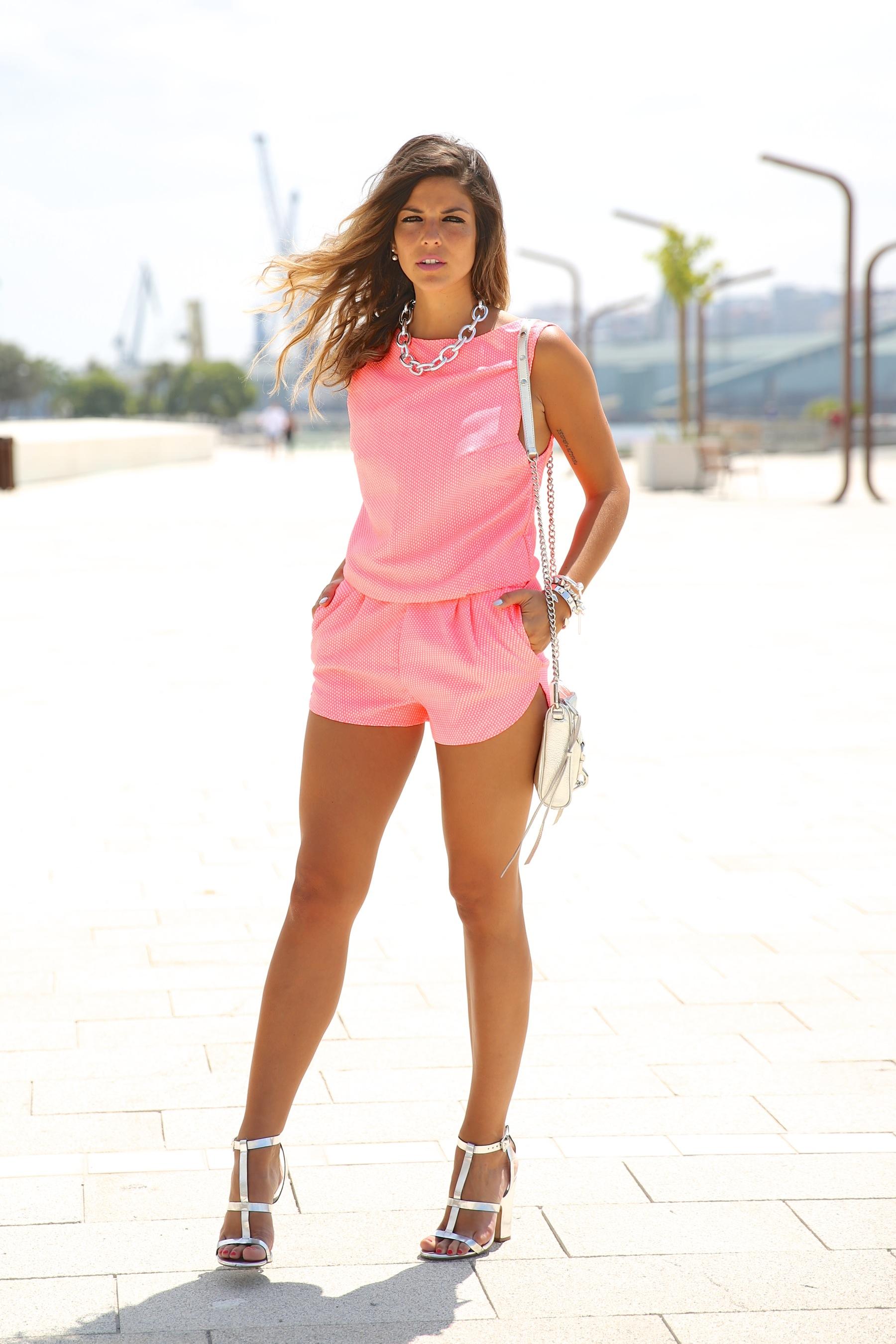 trendy_taste-look-outfit-street_style-ootd-blog-blogger-fashion_spain-moda_españa-silver_bag-bolso_plata-mono_rosa-mekdes-coruña-marina-9