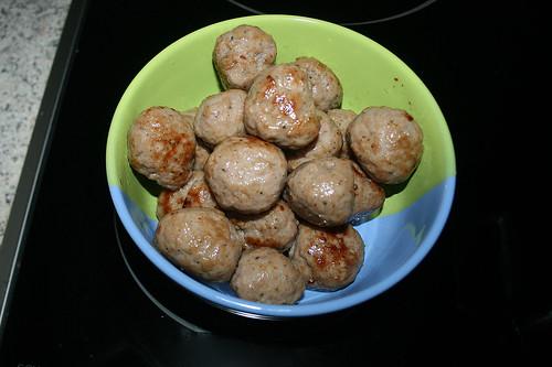 21 - Bratwurstbällchen entnehmen / Remove meatballs
