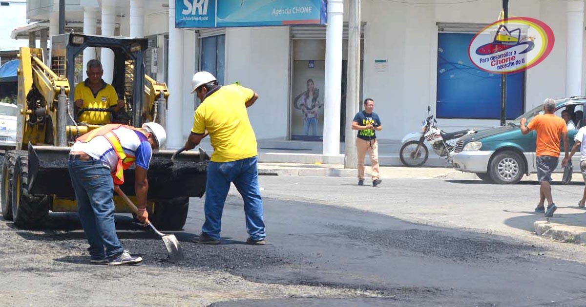 Colocan asfalto en calles 7 de agosto y Colón